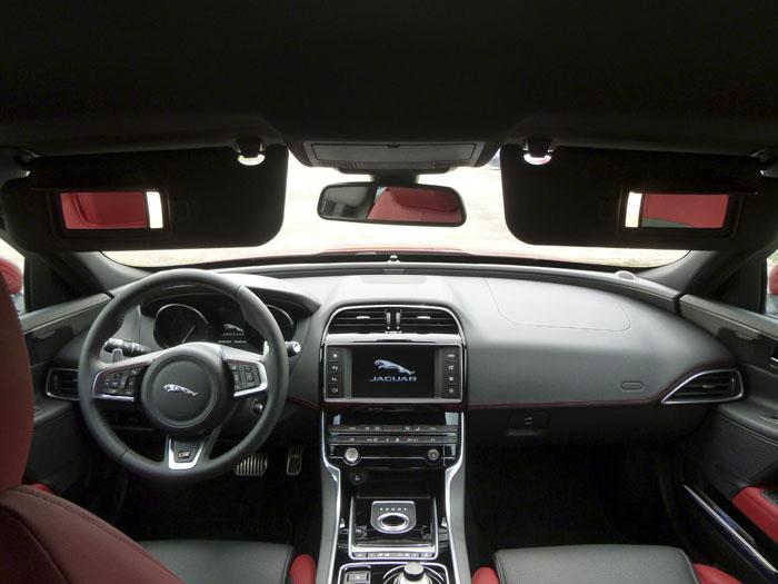 Jaguar XE. Parasoles con espejo iluminado