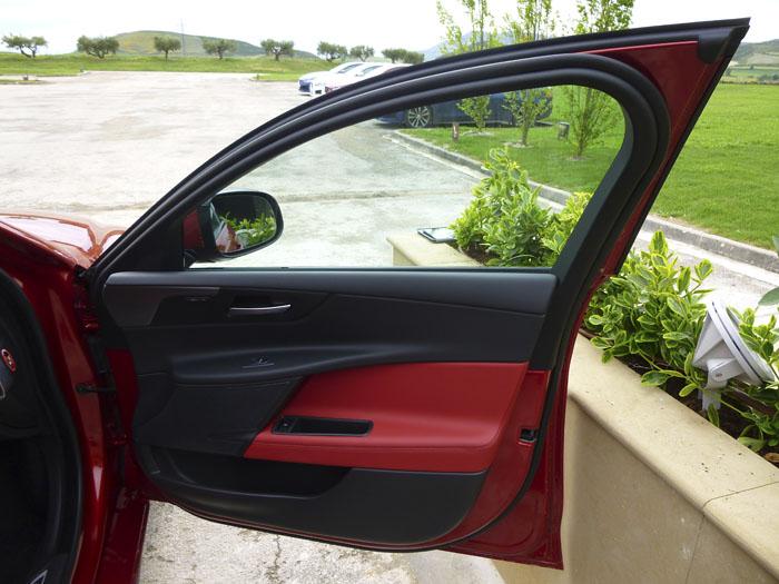 Jaguar XE. Puerta delantera derecha.