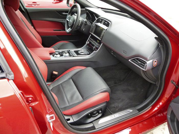 Jaguar XE. Acceso asientos delanteros