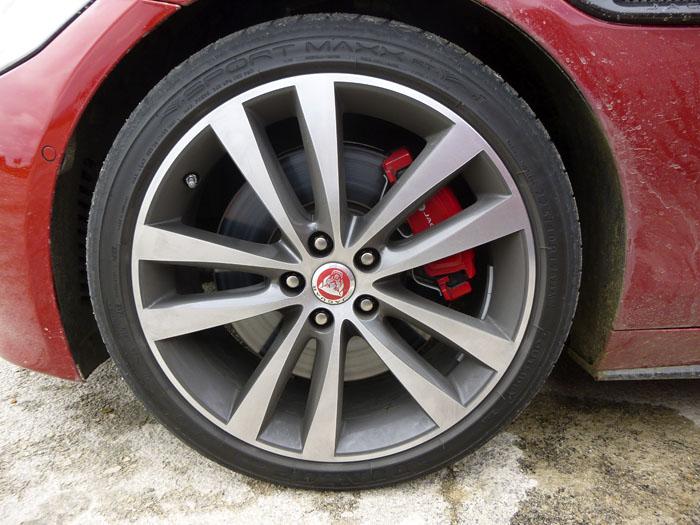 Jaguar XE. Llanta 19 pulgadas.