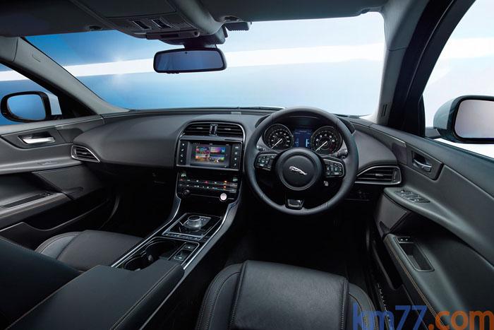 Jaguar XE. Salpicadero. volante derecha.