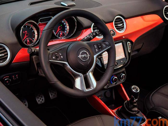 Muy en el estilo actual de Opel: puesto de conducción un poco abigarrado, cargado de mandos e instrumentación, y con su ya tradicional volante de aro muy grueso, que no creo sea muy del agrado de la potencial clientela femenina del Adam Rocks.
