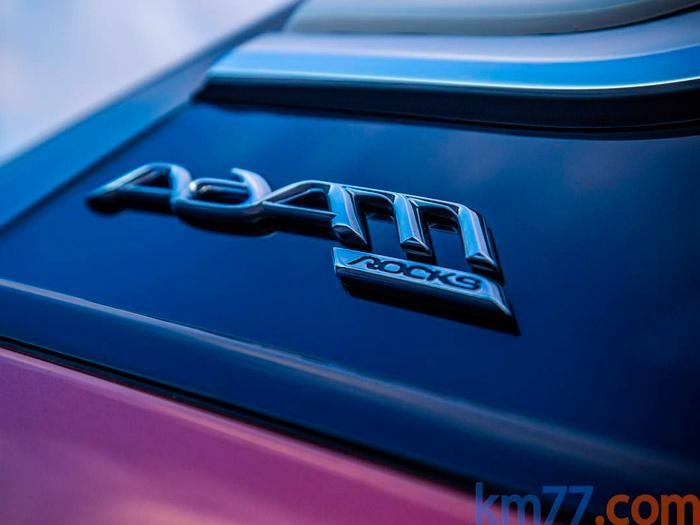 El Adam Rocks tiene su logotipo específico, que se repite en distintas zonas de la carrocería y el interior.