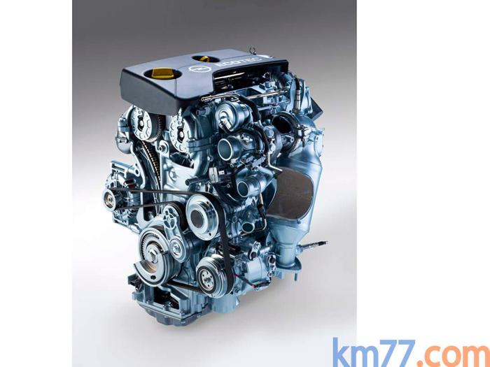 Como todo motor que se precie de moderno, el pequeño 1.0 turbo tricilíndrico de Opel tiene toda una pléyade de periféricos. Teniendo que arrastrar el compresor de aire acondicionado, alternador y bomba de agua, y disponer del correspondiente tensor, la correa (de notable longitud) tiene un sinuoso recorrido. El turbo, pegado al máximo a la culata, y el voluminoso catalizador, dominan el lado del motor que aparece en la foto.