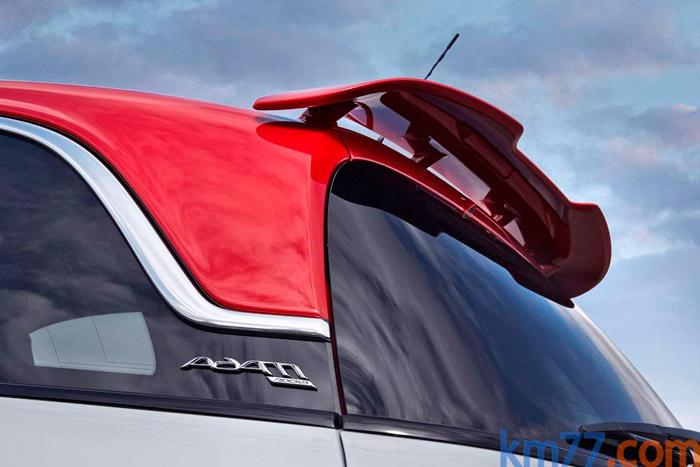 """En la variante deportiva Rocks S se incorpora un alerón al final del techo. Tan pronto se recurre, como reclamo, al """"parcours"""" como a la estética de los deportivos radicales."""