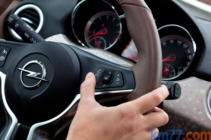 """La ya habitual acumulación de mandos en el volante, y también en las palancas situadas tras él. En este caso, la del lado derecho tiene en su extremo función giratoria y pulsante en su extremidad. Lo cual exige afinar el movimiento para no producir, además, un desplazamiento vertical, y poner en marcha los """"limpias"""" delanteros cuando lo que desea accionar es el de la luneta."""