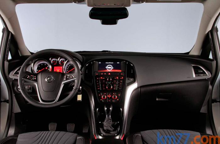 Como en casi cualquier otro aspecto de diseño, el Astra resulta impactante en su puesto de conducción. Hay mandos por todas partes.