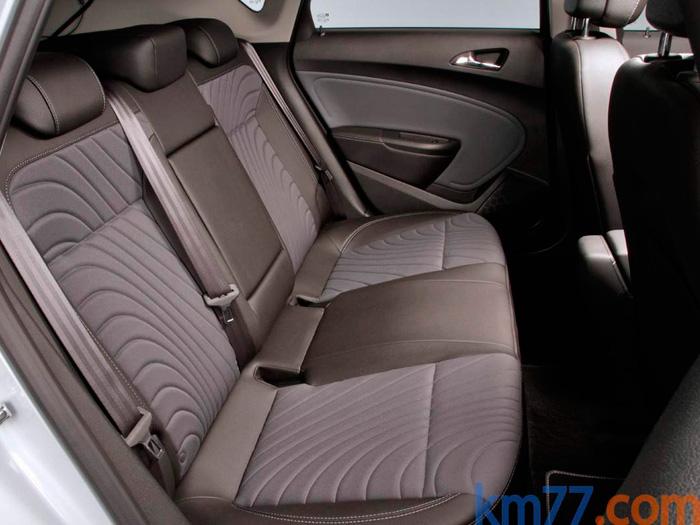 Para el Astra, en Opel han decidido inclinarse por la política de favorecer la utilización como cinco plazas, a base de banqueta plana; en detrimento del confort cuando se viaja (quizás más habitualmente) con sólo  dos de ellas ocupadas.