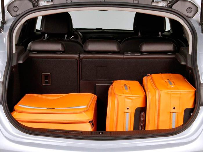 El maletero, aunque no sea tan grande como la longitud del coche permitiría esperar, es correcto, con su tradicional partición 60/40 y comunicación con el habitáculo para cargas estrechas y largas.