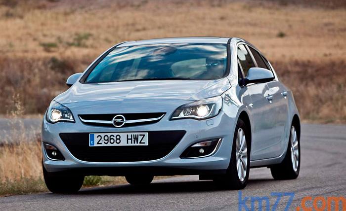 El diseño de los faros en forma de ojos de ave rapaz fue una primicia de Opel en el Corsa de hace unos años, y es una buena fórmula para rellenar el frontal con los actuales faros elipsoidales de pequeño tamaño.