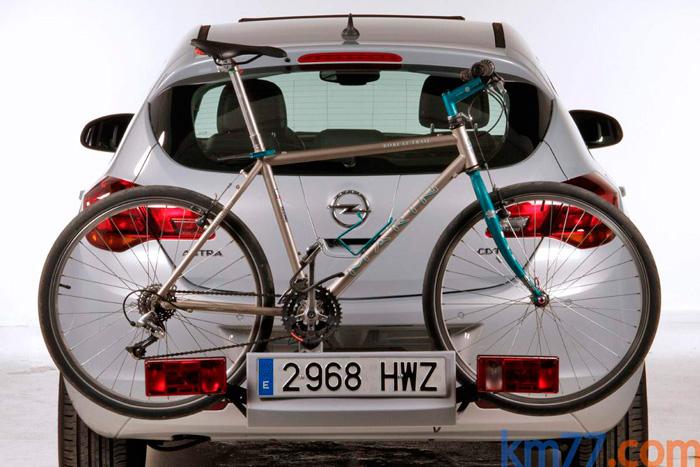 Un punto tradicionalmente fuerte de Opel viene siendo el del transporte de bicicletas, con una solución mucho más segura, aerodinámica y estética que la de llevarlas en el techo.