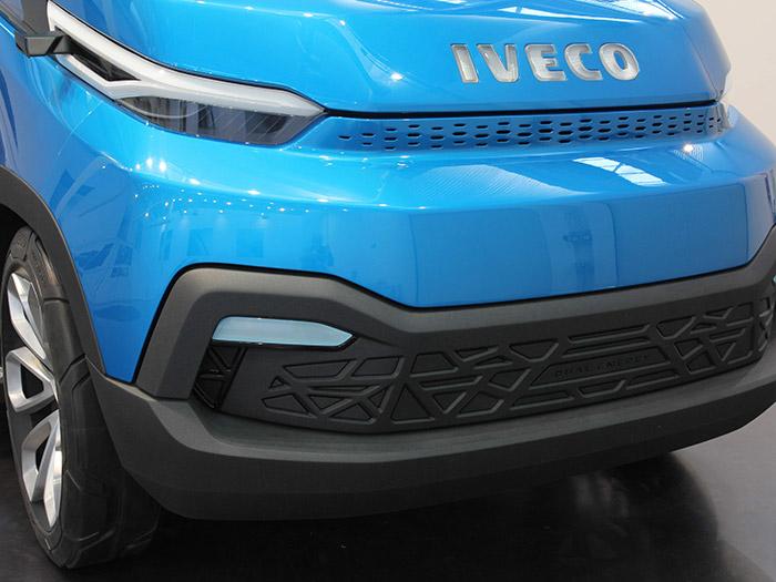 En el frontal encontramos los elementos ópticos a base de LEDs, y también las pequeñas cámaras de TV orientadas hacia atrás, que sustituyen a los espejos retrovisores, habitualmente muy voluminosos; de este modo se disminuye la anchura máxima real del vehículo.