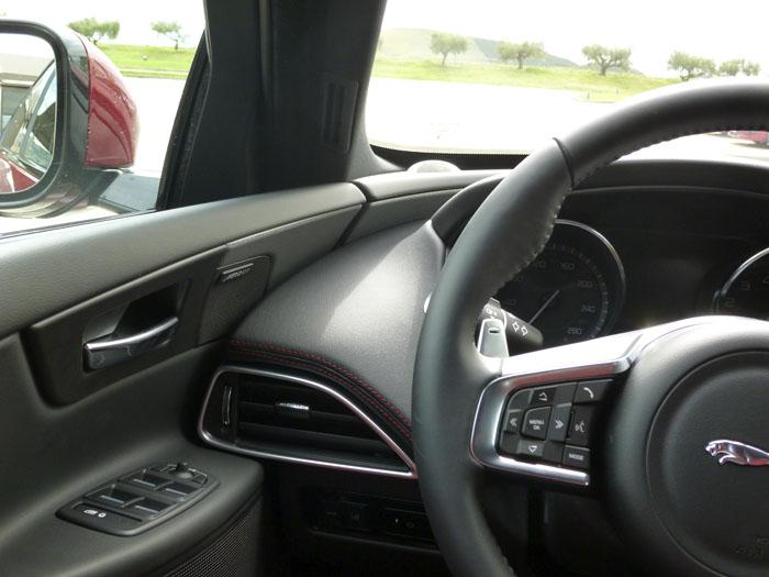 Jaguar XE. Ajuste puerta-salpicadero. Lado izquierdo.