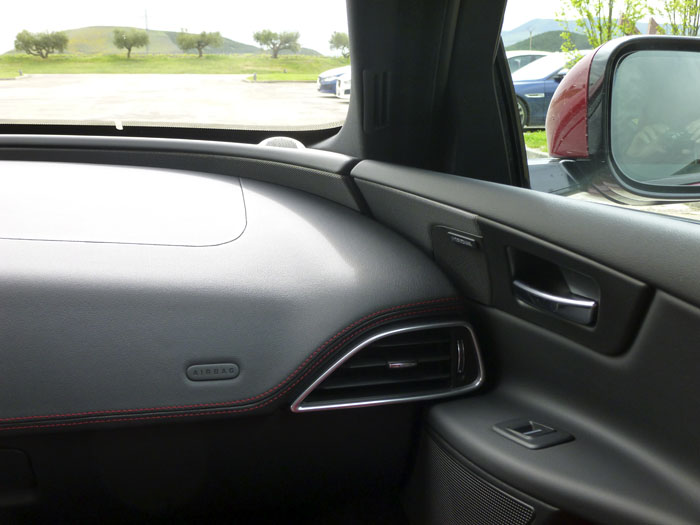 Jaguar XE. Ajuste puerta-salpicadero. Lado derecho.