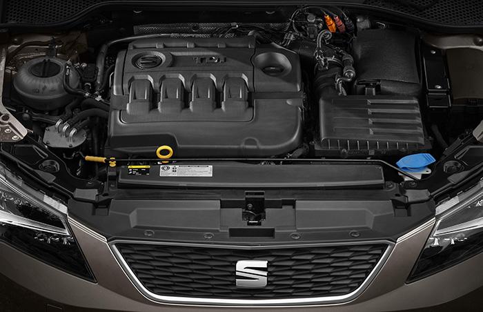 Aspecto del vano motor, con todo muy ordenadito y fuera de la vista. El diseño de la tapa central, con cuatro supuestas protecciones para el colector de admisión, al menos sirve para indicar el número de cilindros de lo que hay debajo.