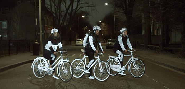 Grupo de ciclistas mostrando las diversas posibilidades de aplicación sobre su equipamiento, además de sus bicicletas: cascos, zapatillas, ropa e incluso mochila son susceptibles de ser rociados, sin mayor problema posterior.
