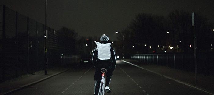 En un enfoque totalmente frontal o posterior, y dada la mínima sección frontal de una bicicleta, es cuando menos eficaz resulta lo del spray aplicado sobre ella. Por lo tanto, aquí pueden entrar en juego tanto su aplicación sobre vestimenta o mochila, el piloto rojo como en la foto, y también el clásico chaleco reflectante.