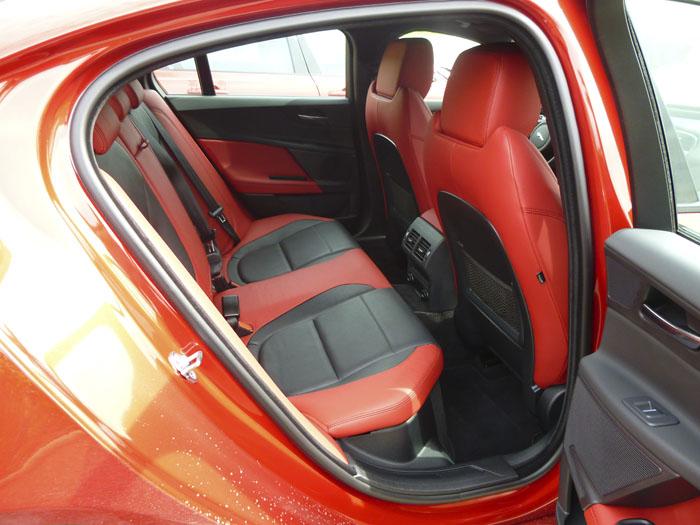 Jaguar XE Asientos Traseros