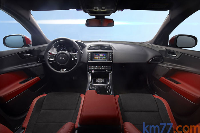 Jaguar XE. Salpicadero. Rojo y negro.