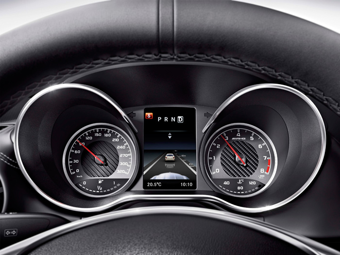 De nuevo en un Mercedes-AMG, pero en este caso el reciente GT (¡vaya tamaño de capillas!, para unos instrumentos de diámetro muy normal), la distribución de las cifras es la misma, y la posición también estabilizada en 90ºC; aunque la aguja se sustituye por cortos segmentos, y la indicación queda algo más confusa.
