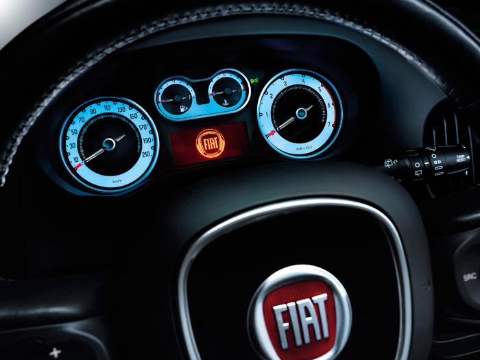 En el Fiat 500-L el abanico de indicación es muy amplio, nada menos que 180º de círculo, pero sin cifras. De todos modos, y dado lo que ya sabemos, se podría poner la mano en el fuego (ya que estamos tratando de temperaturas) a que los extremos son 50 y 130ºC, el centro vertical 90ºC, y tenemos zona roja a partir de 120ºC.