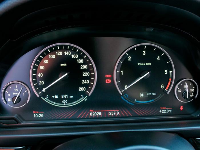 En el Mercedes 520d ED (berlina tranquila donde las haya) el termómetro de agua es sustituido por el de aceite, cuya indicación queda centrada en los 100ºC, con 50ºC de margen a uno y otro lado, pero sin indicación en rojo.