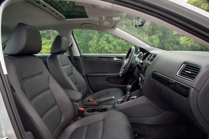 Lo que son las cosas: habitualmente es difícil encontrar, sobre todo en coches destinados al mercado USA, fotos de interior con palanca de cambios para caja manual. Y cuando nuestra unidad, como es el caso, lleva cambio DSG, hemos tenido que conformarnos con una de mando manual.