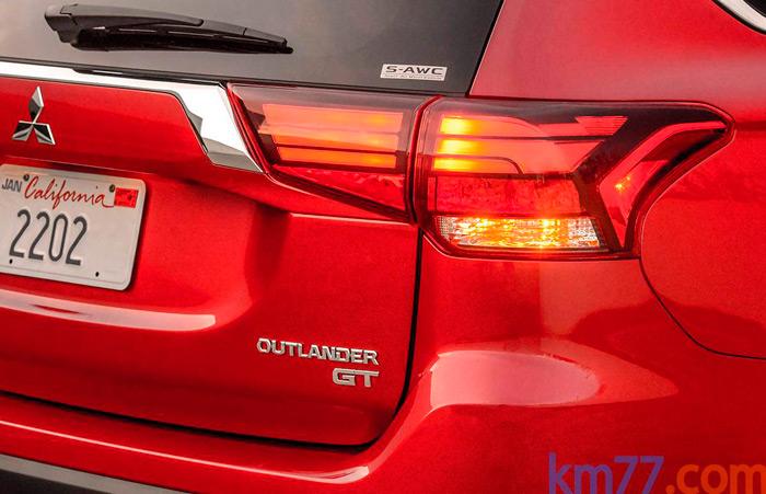 La denominación GT es, al menos por ahora, exclusiva para aquel mercado; el color rojo de la pintura hace que los pilotos se mimeticen con el conjunto de la carrocería, quitándole protagonismo a su diseño.