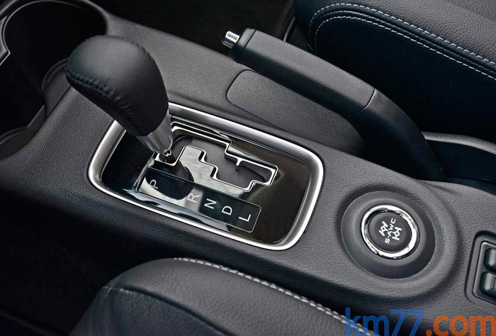 El mando de la transmisión automática es del tipo más sencillo que existe; el control secuencial es por levas bajo el volante. Y el de los tipos de tracción, mediante el botón situado detrás de la palanca.