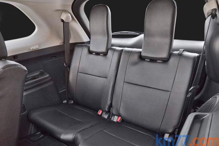 Las dos plazas de la tercera fila de asientos compensan sus respaldos más bajos (para permitir su plegado) con unos enormes reposacabezas.
