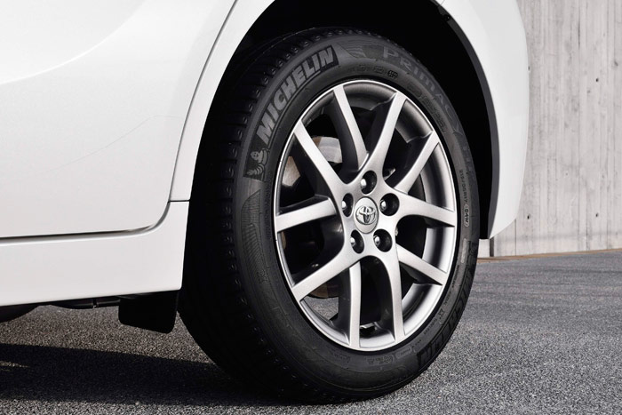 """Es de suponer que Michelin le haga a Toyota un descuento especial en el Primacy HP de sección 215 en llanta 17"""", ya que también lo utiliza (en perfil 45) tanto en el Prius como en el GT-86. Un auténtico neumático """"todo-terreno"""" (en lo comercial, ya que no en el terreno por el que transitar)."""