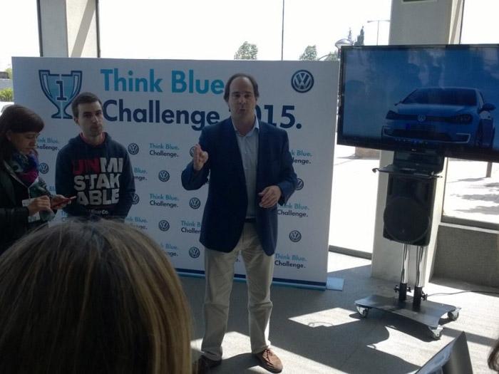 Joaquín Torres, del Departamento de Comunicación de VW, explicándonos las principales características del Golf GTE