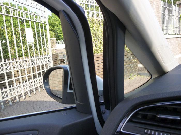 Volkswagen Touran. Union puerta salpicadero. Puerta semiabierta.