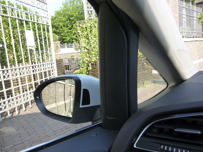 Volkswagen Touran. Union puerta salpicadero. lado izquierdo. Coche blanco