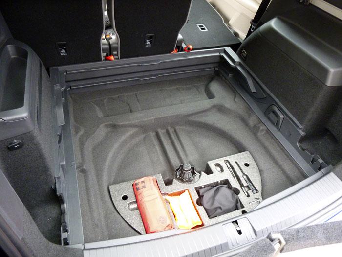 Volkswagen Touran. sin bandeja del maletero.