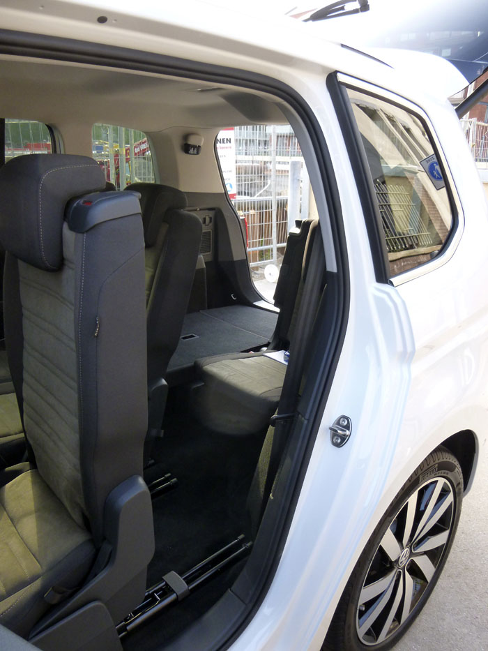 Volkswagen Touran. acceso tercera fila de asientos