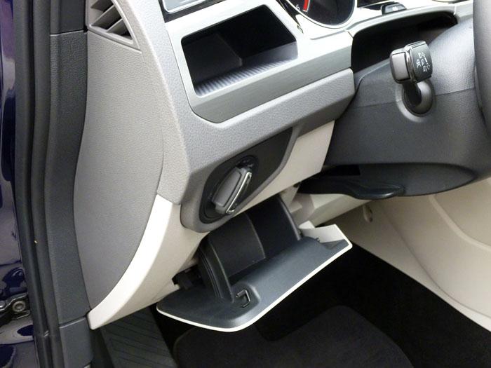 Volkswagen Touran. Caja y hueco frente a rodilla izquierda