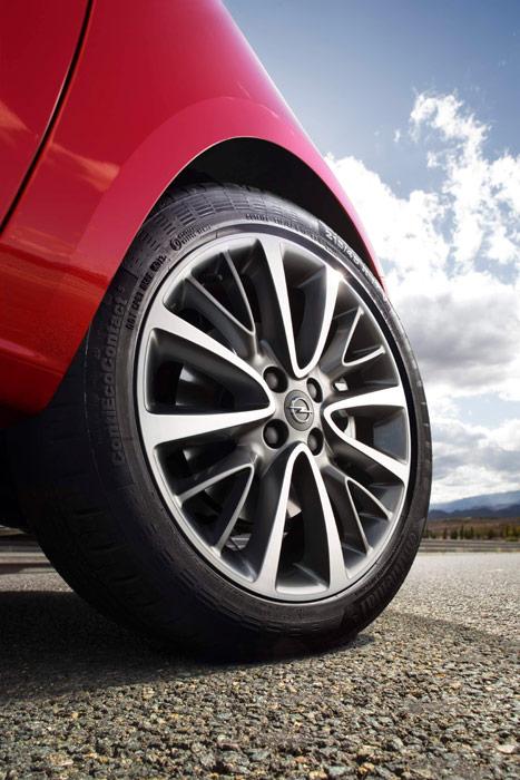"""Este es el montaje exacto de ruedas que llevaba nuestra unidad de pruebas: una Continental 215/45-17 Conti EcoContact-5, en llanta de 7"""" de garganta. Sobra diámetro, algo de anchura de sección y el confort agradecería un perfil algo más alto; pero las cualidades de baja resistencia a la rodadura lo compensan en buena parte."""