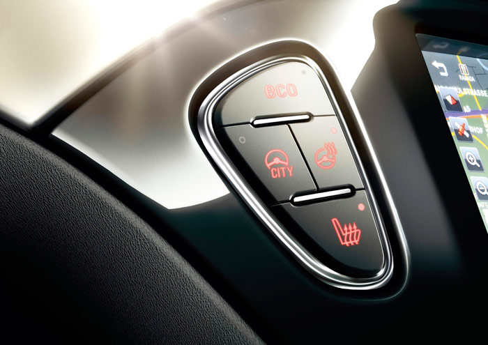 """A la izquierda de la pantalla central, un conjunto de teclas controlan el doble sistema de calefacción (asiento y volante), el funcionamiento en programa """"Eco"""" y la dirección """"City"""", ideal para maniobras pero casi demasiado suave una vez en marcha."""