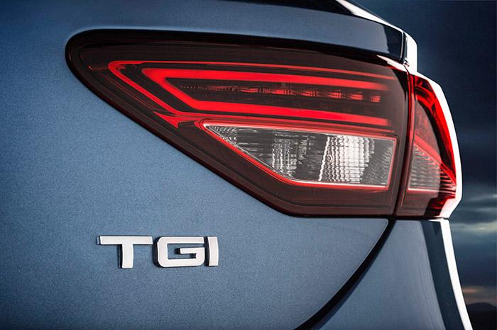 La sigla TGI en el portón es la única señal externa que permite distinguir al León que funciona con GNC del resto de sus hermanos de gama. La presencia de neumáticos Michelin Energy Saver tal vez podría, para un observador meticuloso, hacer sospechar que se tratase de un Ecomotive.