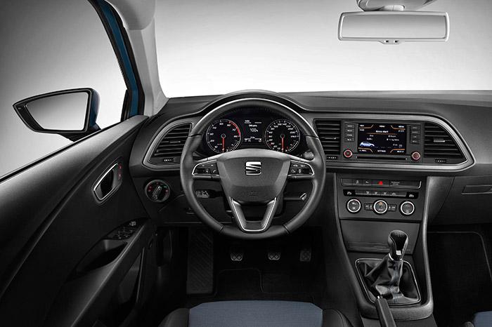 El puesto de conducción es idéntico al de cualquier otro León de motorización de nivel medio, y con caja de cambios manual; tan sólo mínimos detalles en la instrumentación y presentación de la pantalla central permiten apreciar la diferencia.