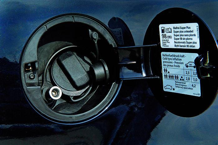 El pequeño diámetro de la espiga en la que se conecta la manguera con el gas a presión permite incluirla en el alojamiento normal de la boca de repostaje de combustible líquido. Es curios que, para este modelo, se recomiende con preferencia la gasolina de 98 octanos (aunque se admita la de 95), cuando para los demás motores 1.4-TSI se da por buena la de 95, sin más.