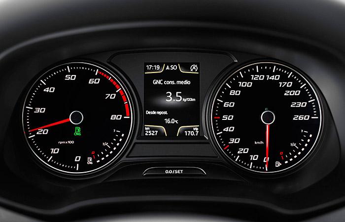 En el velocímetro situado a la derecha, el termómetro de agua ha cedido su puesto al indicador de nivel de gas; cada uno de los dos tipos de combustible dispone de indicador propio e independiente. Y en le pequeña pantalla central, también la indicación  del consumo medio está desdoblada para cada uno.