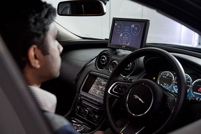 En el laboratorio, la pantalla de pruebas nos confirma que el asiento ha captado que el conductor está estabilizado a 70 pulsaciones y 18 respiraciones por minuto. Además, la pantalla predictiva y el volante disponen de las demás funciones que se explican en el texto.