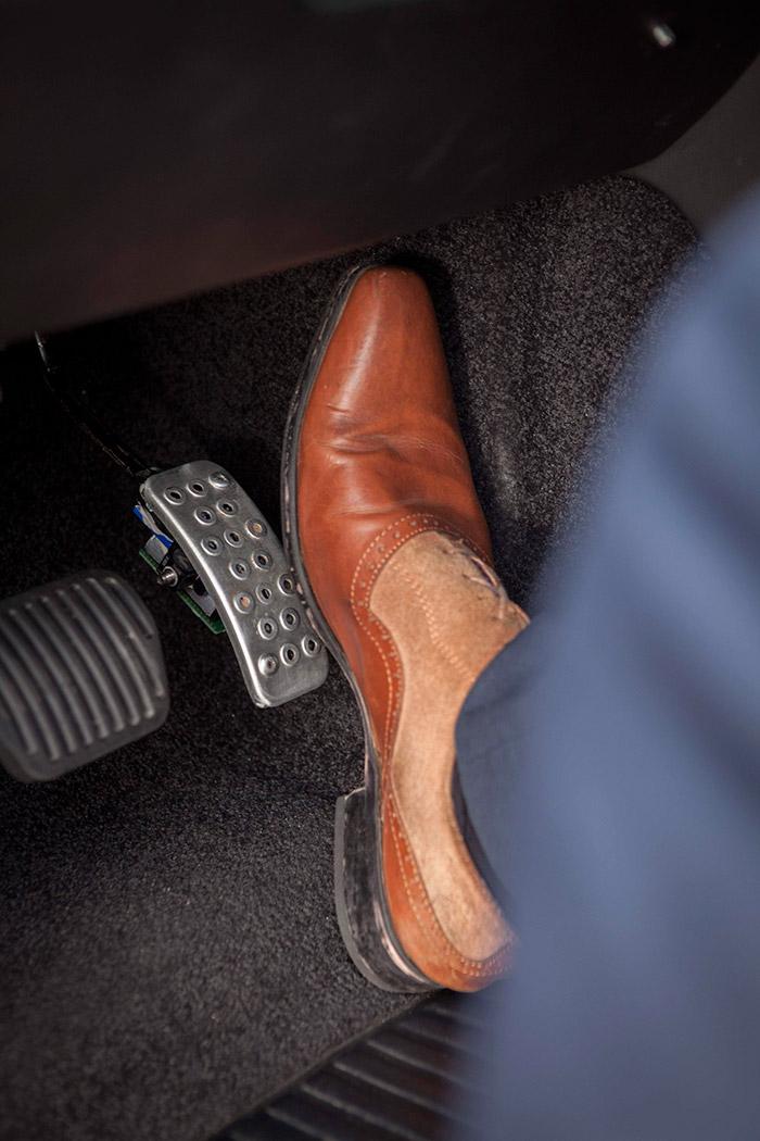 """Debajo del pedal de acelerador """"háptico"""" se aprecia el pequeño dispositivo que generará una vibración de aviso."""
