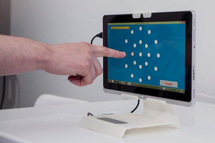 """En fase de pruebas, una pantalla predictiva """"adivina"""" cuál es el botón al que se dirige el dedo que pretende efectuar un comando."""