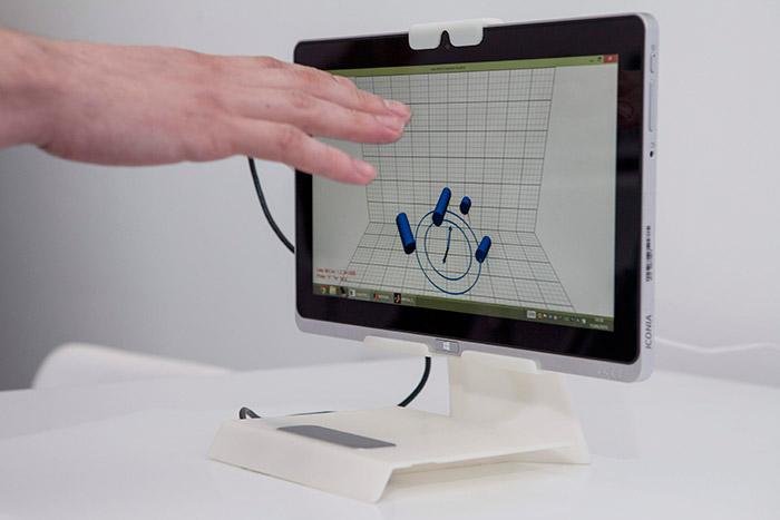 La pantalla anterior, materializando cómo detecta la posición y orientación de los cuatro dedos de la mano que se le aproxima.