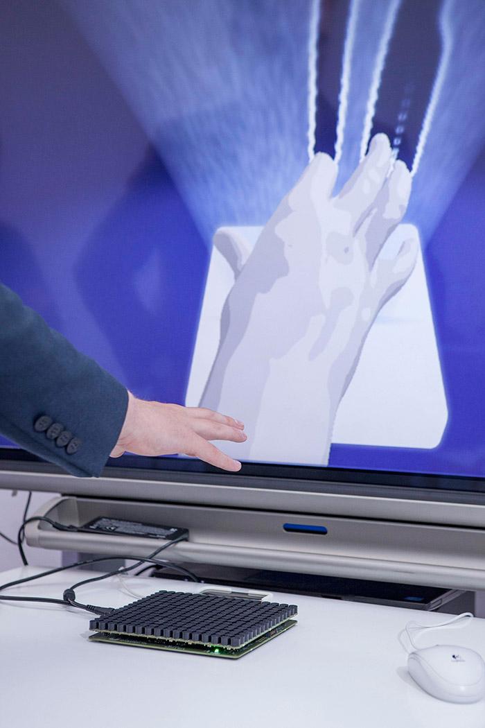Abajo hay un teclado con 256 teclas, y en vertical la pantalla del laboratorio materializa la forma de analizar la huella direccional de los dedos según se aproximan al teclado, lo que le permitirá adivinar qué tecla se pretende pulsar.