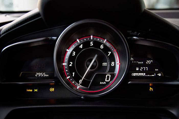 Según motorizaciones y acabados, el instrumento central puede presentarse como velocímetro o cuentarrevoluciones. El ordenador, como es habitual, puede dar mucha información manejando los oportunos mandos, pero con dígitos demasiado pequeños.