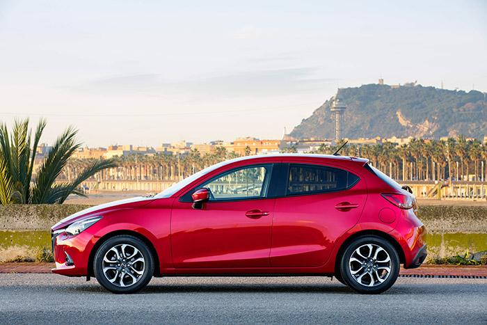 Pese a que el frontal es absolutamente vertical, cortado a pico, el Mazda2 supera, aunque por muy poco, los cuatro metros de longitud.